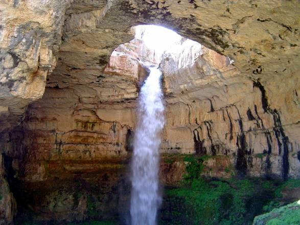 Cascada Baatara: la cascada que cae dentro de una cueva