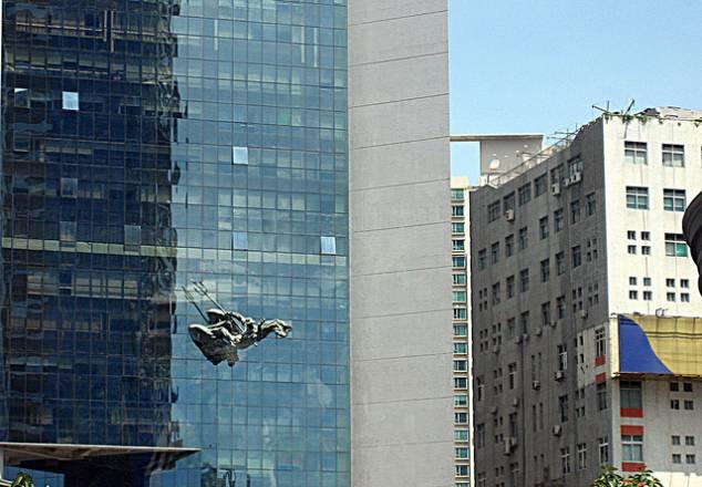 Shenzhen: Los caballos marinos de Neptuno arrastran al dios romano a través de un rascacielos