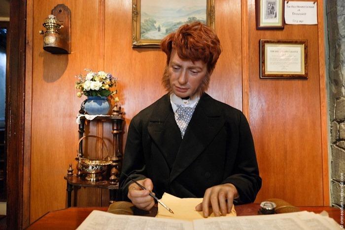 """Figura de cera del prestamista pelirrojo Jabez Wilson reescribiendo la Enciclopedia Británica en la historia """"The Redheaded League""""."""