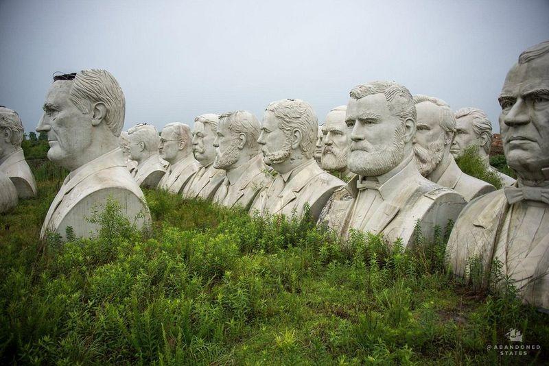 Estatuas abandonadas en el parque de los presidentes