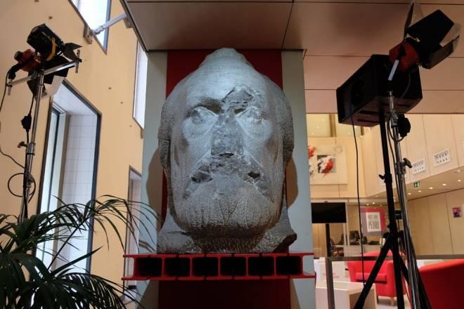 El busto en la sede del PSOE