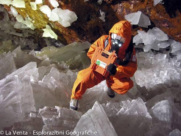 La Venta - Messico - Naica - Cueva de Los Cristales - Uno speleologo indossa una tuta refrigerata per sopportare le temperature della grotta