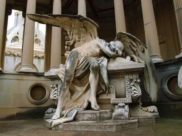 Cementerio de Montjuic con tumbas inusuales y modernistas
