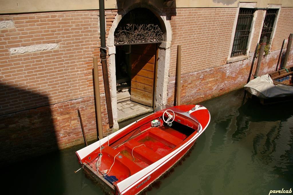 Venecia barca en la puerta de casa