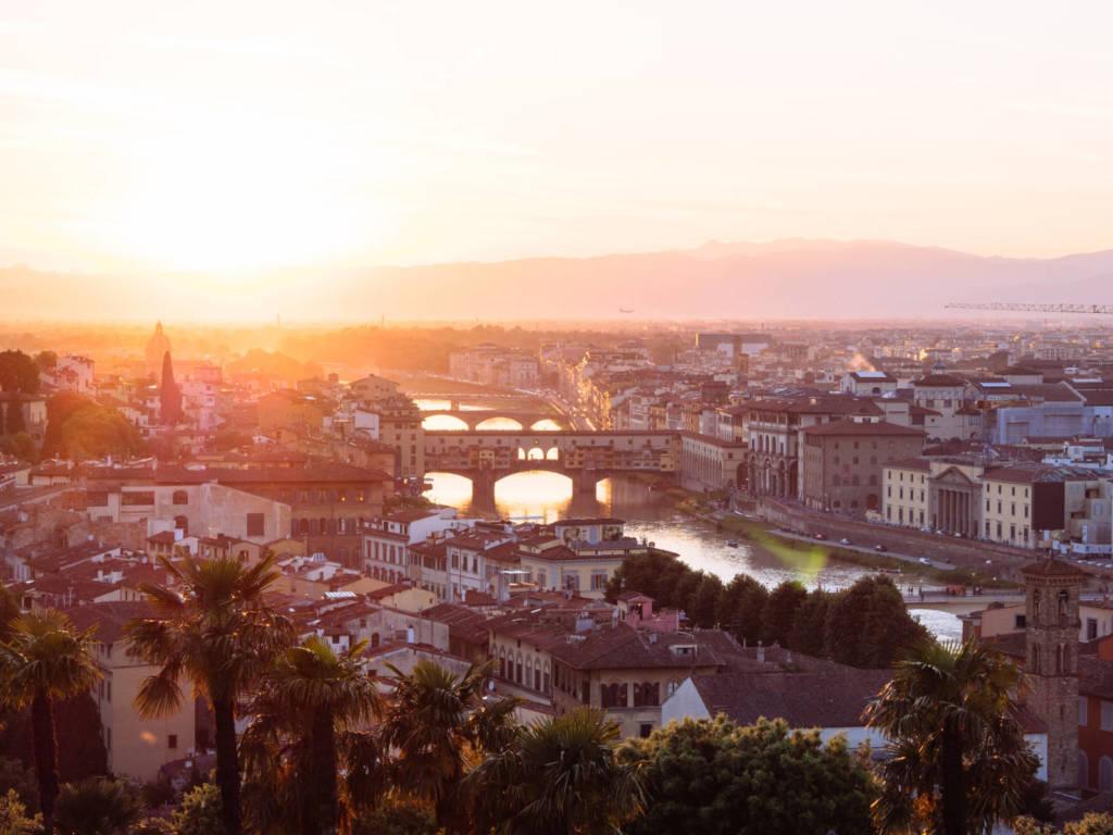 Atardecer en Florencia con el puente en primer plano