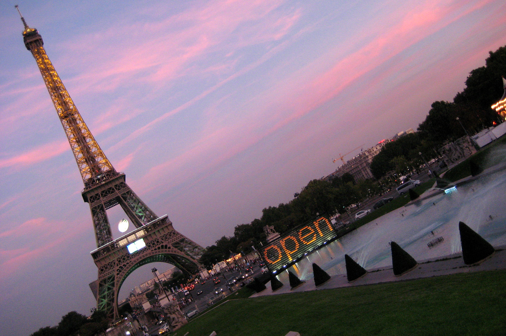 Paris: Tour Eiffel at Sunet
