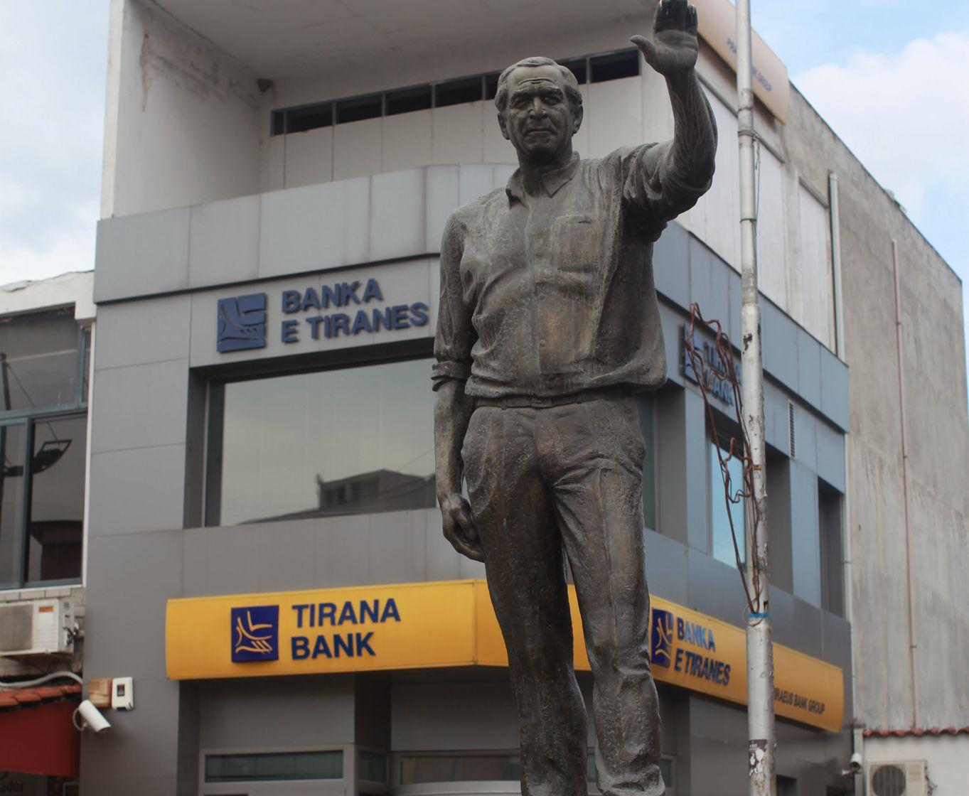 Estatua de George Bush en Fushë Kruje, Albania 5