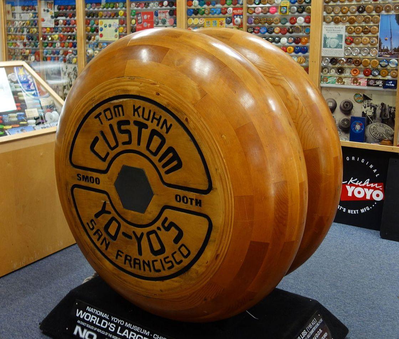 Museo Nacional del Yo-Yo con el yo-yo de madera más grande del mundo
